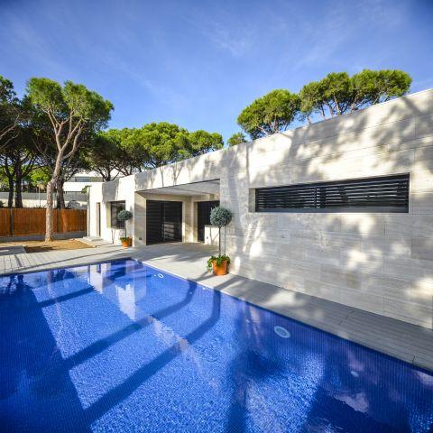 private backyard pool and poolhouse - Ballard & Mensua